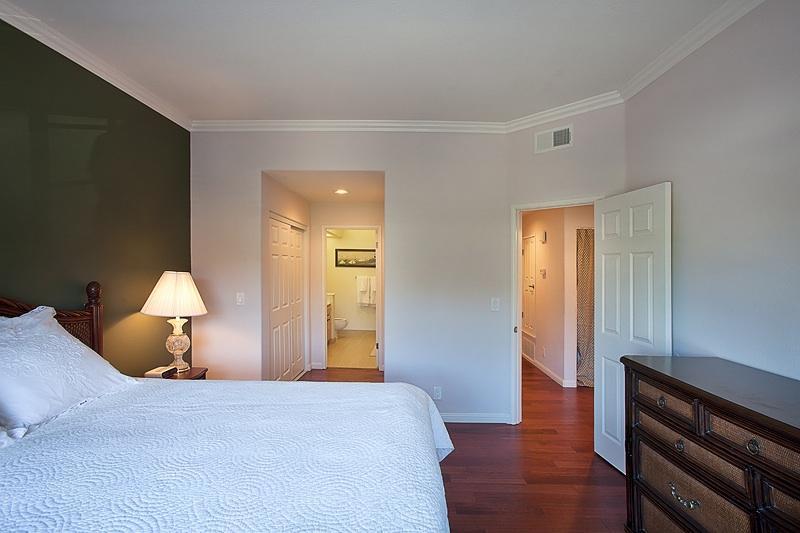 Tommy Bahama estilo dormitorio con un colchón de Beautyrest nuevo Cal King tamaño y doble closets.