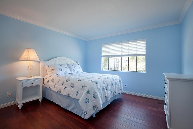 Recien pintado habitación con colchón de Beautyrest de tamaño de Reina nueva