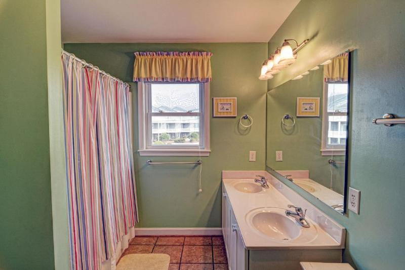 Shared bath w/ 2 queens and bunk room