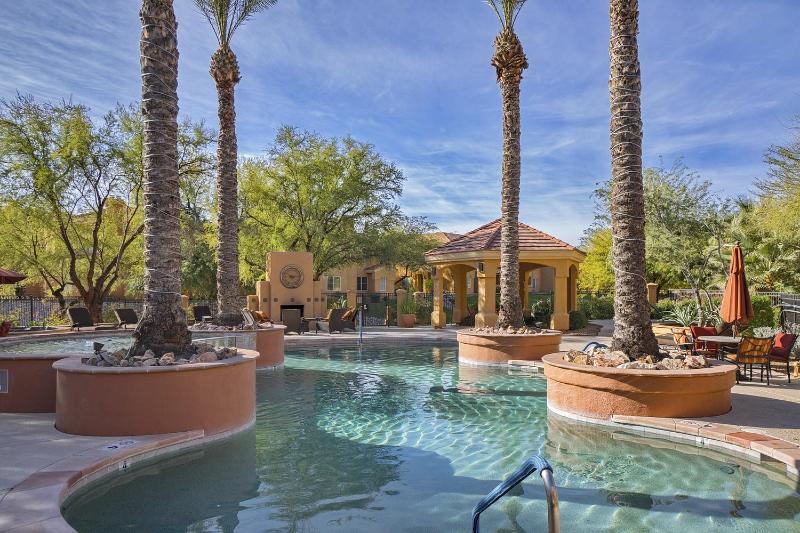 Fabulous 3BD/2BA Furnished Ground Floor Condo! (MINIMUM 30 DAY STAY), holiday rental in Tucson