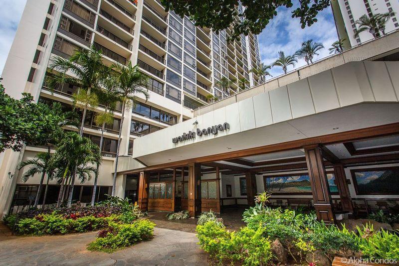 Entrée du bâtiment Waikiki Banyan