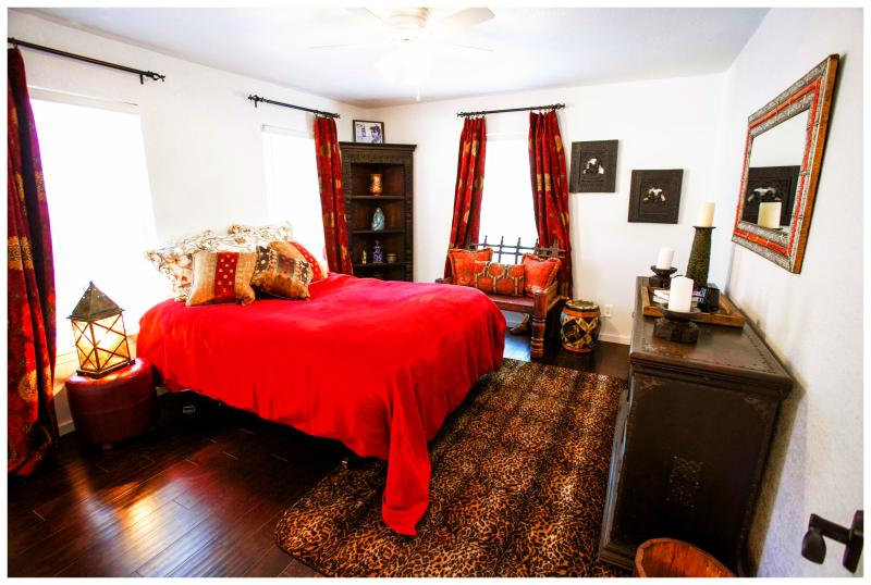 De Priscilla Room's kingsize bed is erg gezellig met een super luxe hypo-allergeen topper.