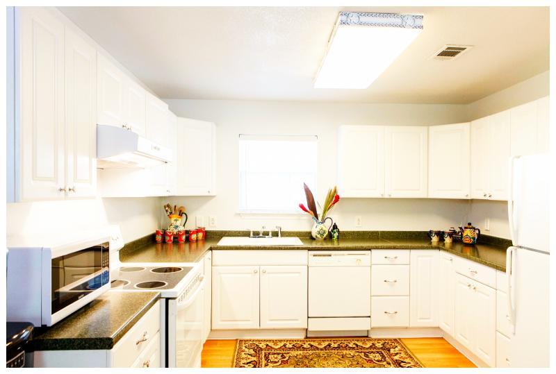 Er zijn tonnen van voorzieningen: een volledige keuken met een Keurig koffiezetapparaat, magnetron, broodrooster, enz.