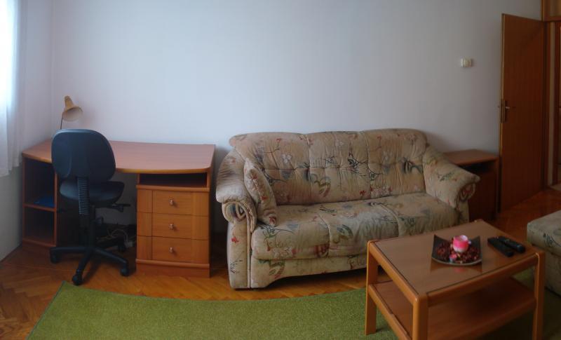Sofa im Wohnzimmer kann gestreckt werden und dienen als Bett für zwei