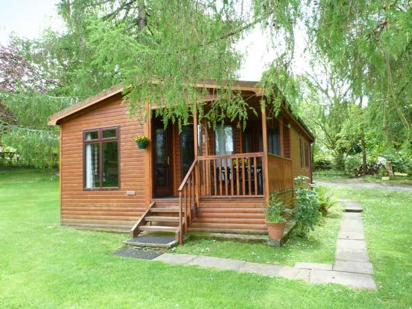 OSPREY LODGE, detached, decking with furniture, on the shores of Loch Awe, Ref, vacation rental in Inveraray