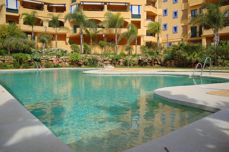 Spacious two bedroom two bathroom apartment with sea and pool views, vacation rental in San Pedro de Alcantara