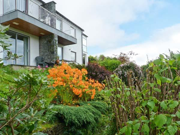 WALKER'S RETREAT, WiFi, balcony with views to Loughrigg Fell, ground floor, Ref, holiday rental in Ambleside