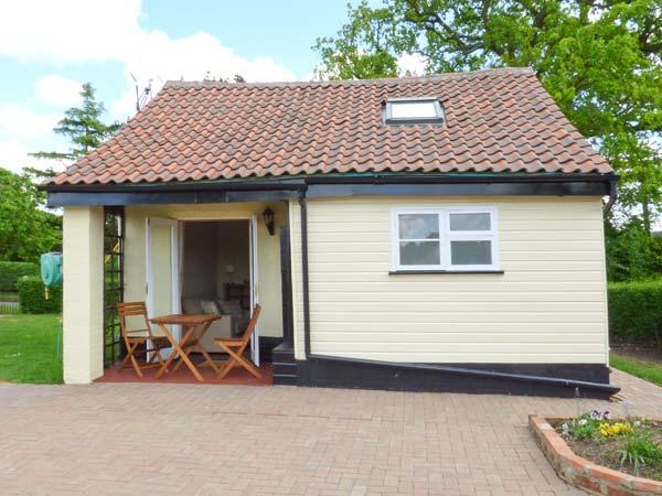 NORBANK COTTAGE, detached, private patio with furniture, Ref 912153, holiday rental in Thornham Magna