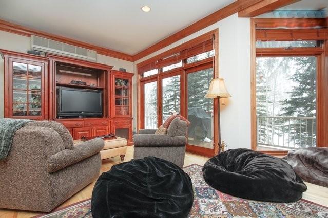 Amplio living comedor con sofá, love seat, 2 sillas giratorias y 3 bolsas de frijoles.