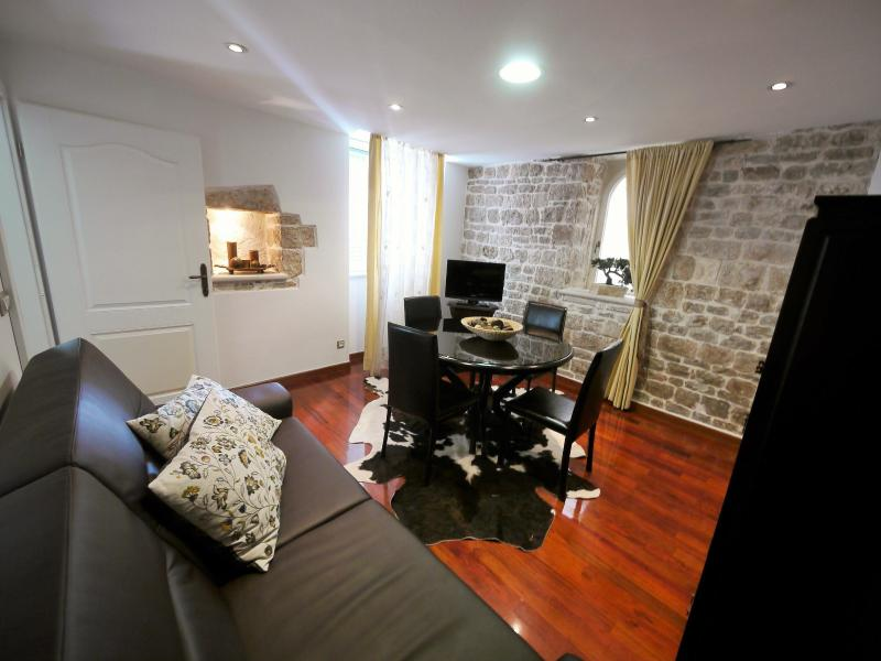Emperor's Retreat  **** Four Stars Luxury 1 Bedroom Apartment in Split, Croatia!, holiday rental in Split