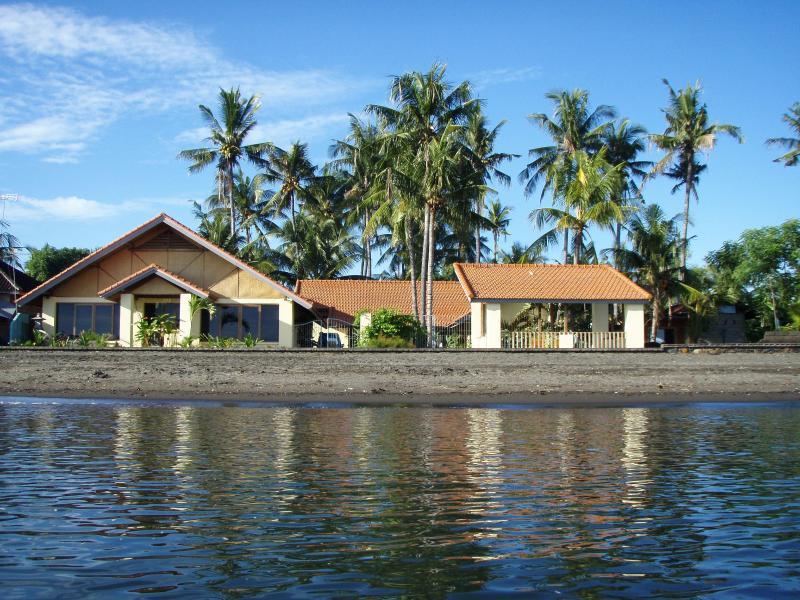 LOVINA VILLA GANESHA  OCEANSIDE North island,beachside,sleeps10, casa vacanza a Banjar