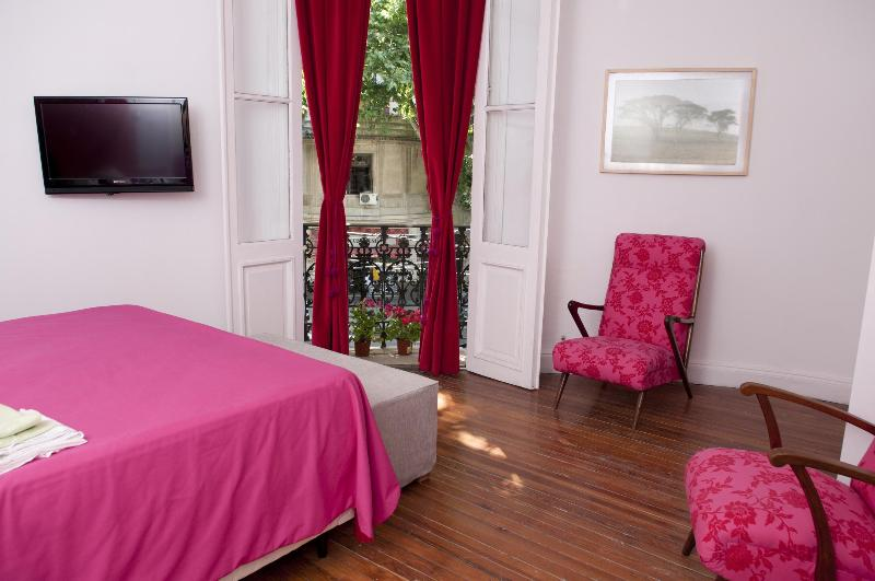main room whit tv, queen bed and french balcony