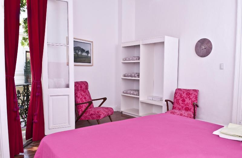 habitación principal cama de whit y balcón francés