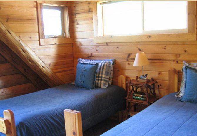 Loft avec deux lits jumeaux. Zone privée, avec accès à la salle de bain principale.