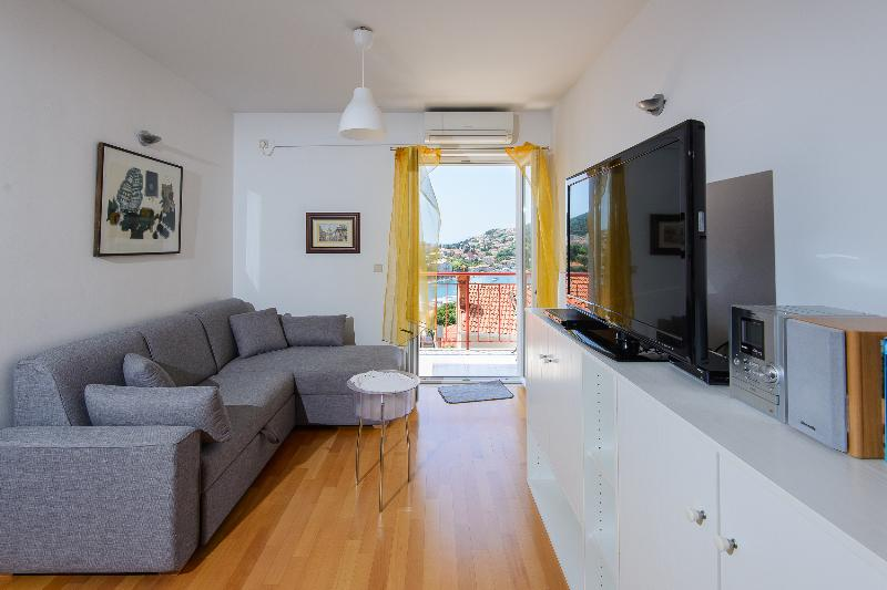 Cosy flat in a new building with parking in garage (Silvia's Gem), vacation rental in Dubrovnik