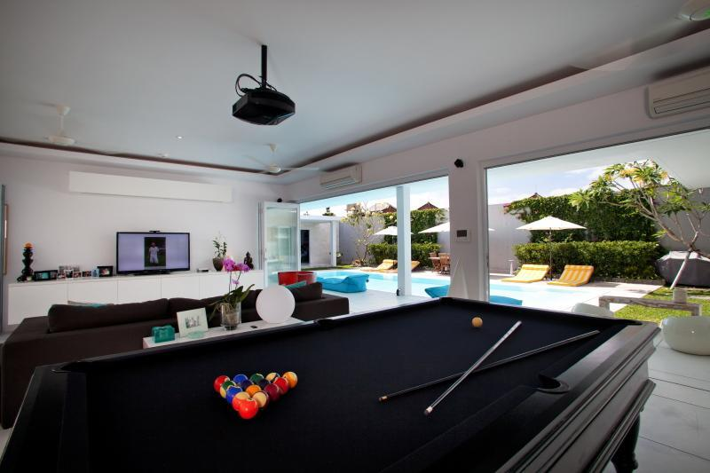 8X4 Pool Table, Surround Sound, 55' 3D TV, Apple TV, 3D DVD, XBOX360, HD Projector, 2X1.5 mtr screen