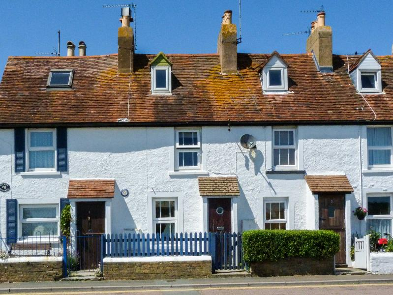 2 HOPE COTTAGES, garden, minutes from amenities and a mile form the beach in, holiday rental in St Helens