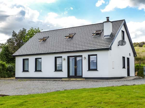 LÓISTÍN COIMÍN, detached cottage with multi-fuel stove, en-suite, views, holiday rental in Ballybofey