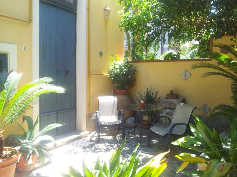 Graceful accomodation with garden in Tropea center, Ferienwohnung in Tropea