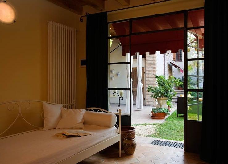 Camera Autunno vicino al lago di Garda, holiday rental in Cavriana