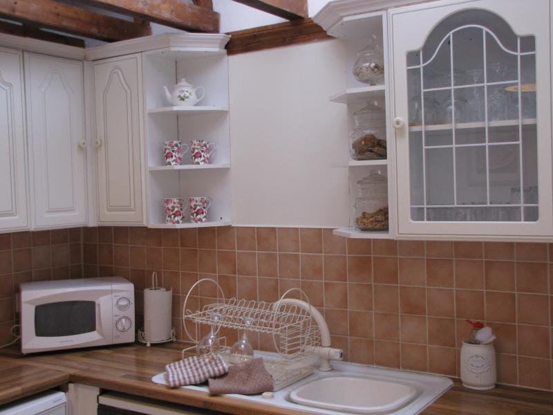 Cozinha com vigas e janela luz céu grande