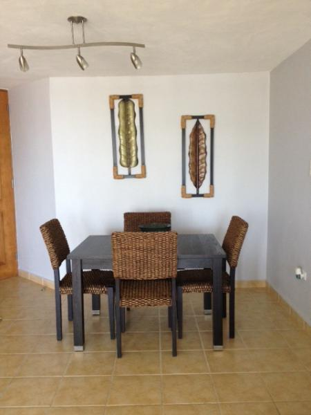 dinning table expandable for 6 persons