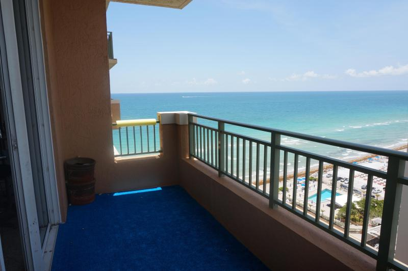 2080 OCEANFRONT ON THE BEACH 2/2 PENTHOUSE ON 17TH, holiday rental in Hallandale Beach