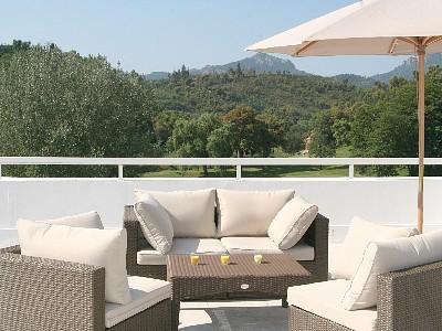 Terraço de um telhado com decoração de vistas sobre o campo de golfe e montanhas Esterel de totalmente equipada