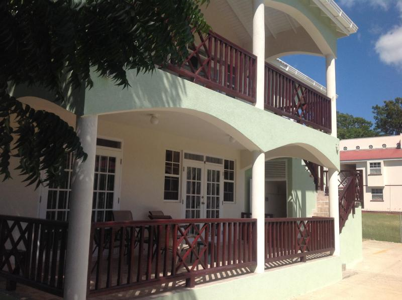 A/C Ground Floor studio with a pool, Maxwell, holiday rental in Oistins
