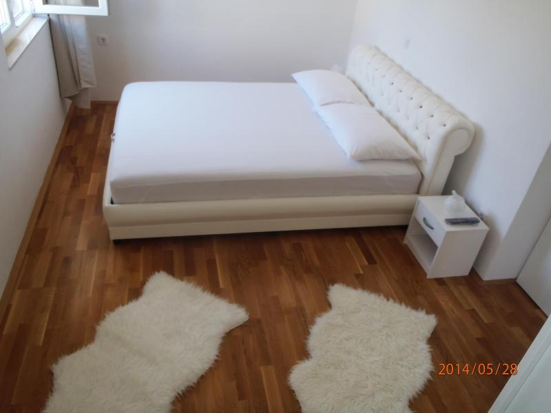 King sized bed (room 1)
