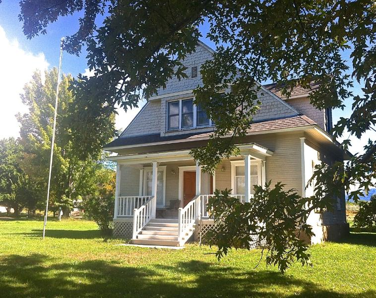 Paonia Victorian Farmhouse - Country Setting, Easy Walk to Town, vacation rental in Hotchkiss