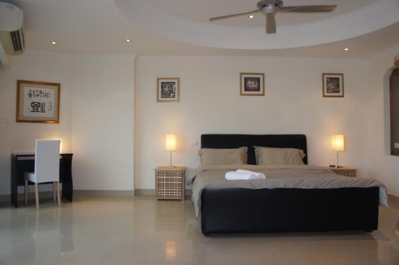 Grande chambre avec un lit King Size