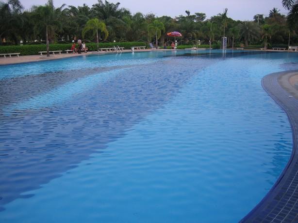 La piscina es enorme