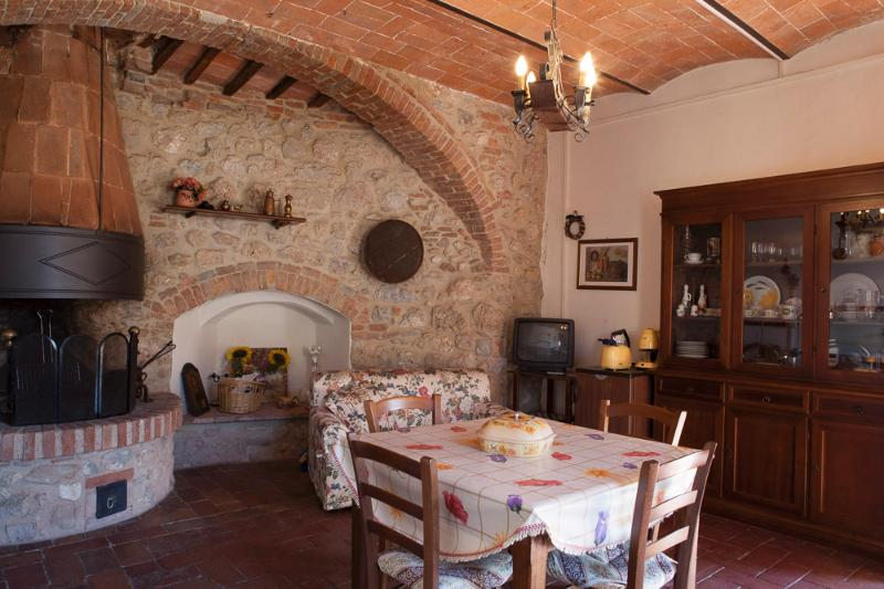 Charming Medieval tower in Tuscany, holiday rental in Montepescali