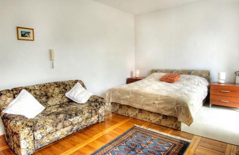 Es ist möglich, Bett für zwei Personen aus dieser Couch machen