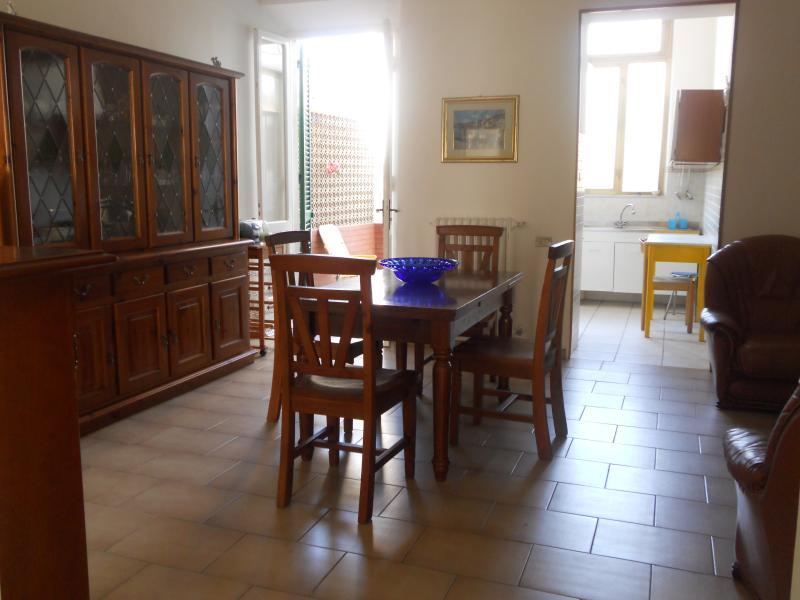 casa intera con giardino, tipica della regione, a 4 minuti a piedi dal mare, holiday rental in Carrara