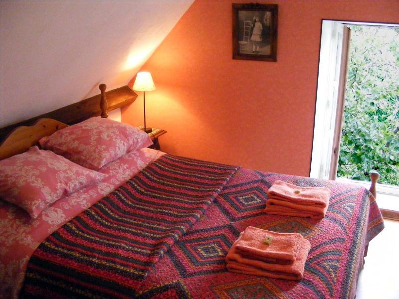 Un confortable lit King dans La Chambre des Abricots