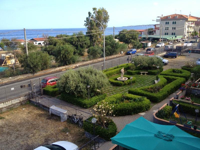 View from the balcony (Vista dal balcone). Private condo garden (Giardino condominale privato)