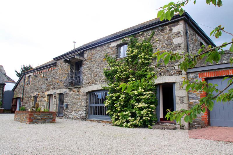 Trescowthick Barn - Grade 2 listed barn in the peaceful Cornish countryside.