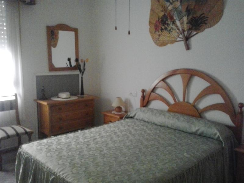 dormitorio principal,con armario empotrado de gran capacidad, con altillo y dos puertas correderas .