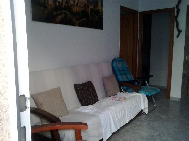 vista parcial salon, con sofa / cama y sillones de apoyo al fondo asceso a segundo dormitorio  liter