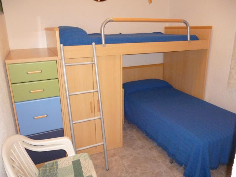 2º dormitorio ,dispone de dos camas ,composición mixta de litera ,armarios y cajoneras, ventana a la