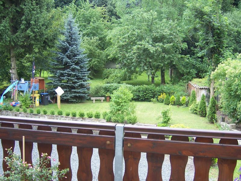 Garden / garden, surrounded by greenery, good to stay