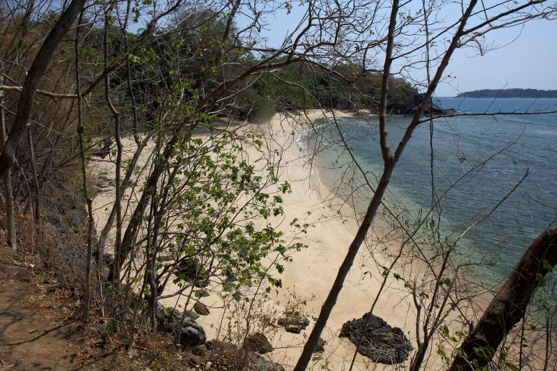 There are still quieter, secluded beaches on the island just waiting for you only 200 m away !