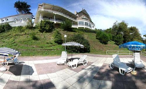 Terrasse de la résidence avec transats face à la mer