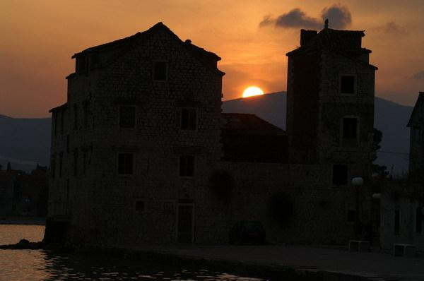 Zonsondergang vanuit je appartement de romantische Kastel Stafilic in silhouet tonen.