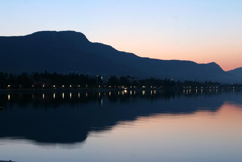 Kastela heeft een kustlijn pictureque zelfs 's nachts...