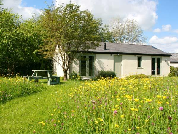 BAILEY POINT COTTAGE, ground floor barn conversion, woodburner, parking, decked, vacation rental in Weston under Penyard