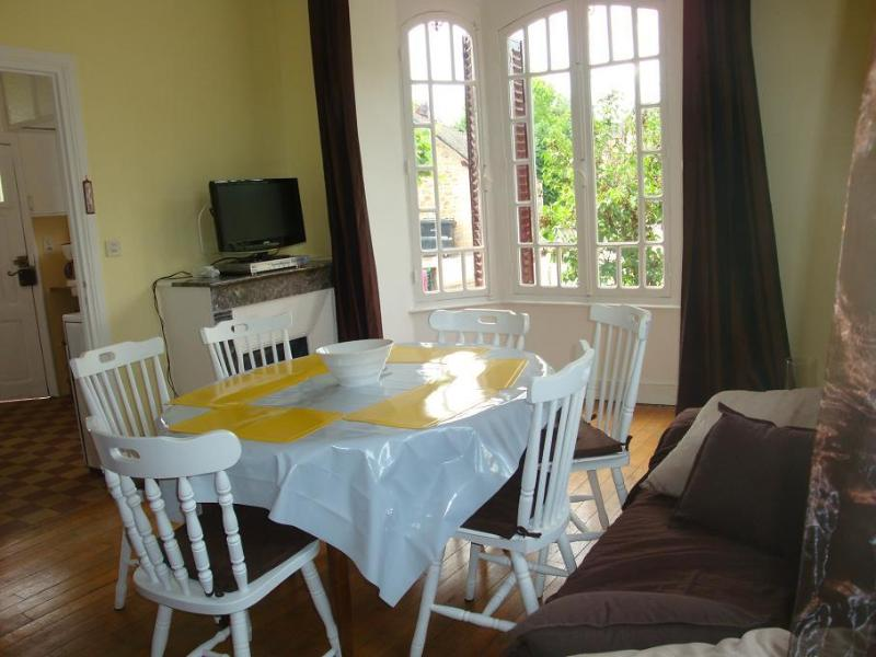 Holidays Blue House in La Roche Canillac, holiday rental in Gros-Chastang