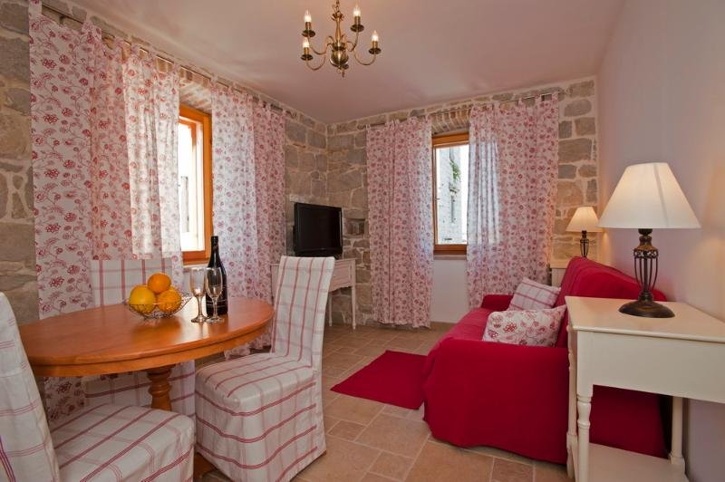 Apartment in Kastela - Sea Views (second floor), vacation rental in Kastel Novi